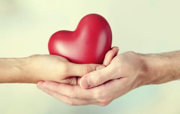 two-hands-holding-a-heart-600x381